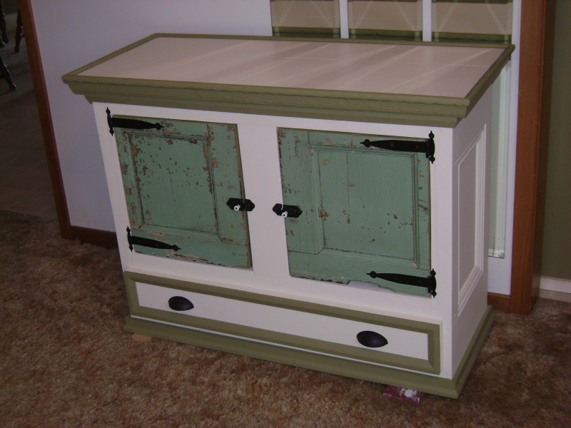 1P-Green and White Commode